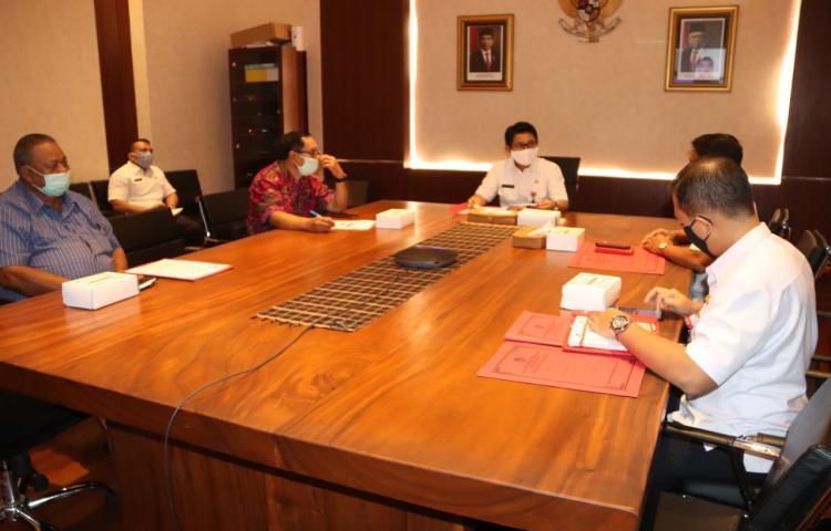 Sekda Adi Arnawa bersama Pansel JPT Pratama Pemkab Badung melakukan vidcon dengan Komisi ASN dari ruang pertemuan Sekda Puspem Badung, Rabu (20/5).